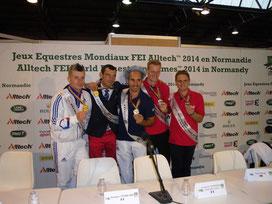 Aus ostdeutscher Sicht hat besonders der Moritzburger Voltigierer  Erik Oese (2. von rechts) bei den Weltreiterspielen im französischen Caen für Furore gesorgt. Er gewann im Einzelvoltigieren der Herren die Bronzemedaile.
