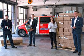 Freuen sich über die Aushändigung von rund 6.000 Pflege-Sprays mit zusätzlicher Hygienewirkung des Unternehmens LR Health & Beauty (v.l.n.r.): Walter Wolf, Burkhard Meffert, Daniela Noack und Andreas Friesch (Geschäftsführer von LR).