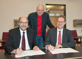 Am 20. Januar 2015 besiegelten Hochschulpräsident Prof. Martin Sternberg und der Geschäftsführer der RUB-Akademie, Armin Schulz (rechts) ihre Zusammenarbeit. Mit ihnen zusammen ist Studiengangs-Initiator Prof. Eckehardt Müller (Mitte) zuversichtlich.