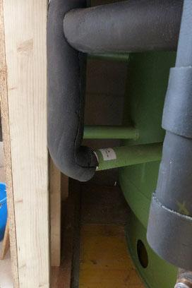 Der Bodenring des Puffer-Speichers wird im Einblasverfahren ebenfalls ausgeblasen, damit werden Wärmeverluste auch nach unten verhindert