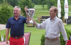 Tom Wild (links) hat den neuen Writer-Cup Pokal gestiftet, hier mit dem Präsidenten des Presse Golf Club - © Sepp Beck