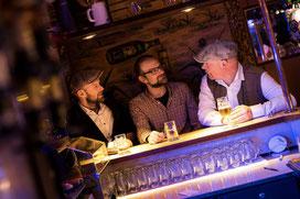"""Henrik Freischlader (links) organisiert mit seinen Kumpels Stefan und Frank jeden ersten Do im Monat die """"Blue Thursday Blues Night"""" (Foto: Rike van der Straeten)"""