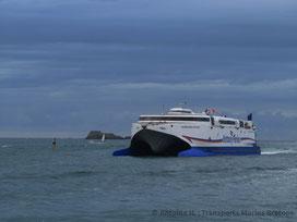 Le HSC Normandie Express, affrété par l'organisation de course de la Route du Rhum (édition 2014) afin de transporter des passagers au plus proche de la ligne de départ, arrivant à Saint-Malo.