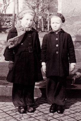 Meine Freundin und ich um 1952 in 1A Haltung
