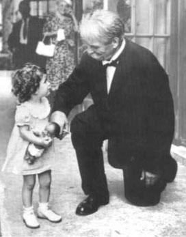 FOTO= Albert Schweizer  begrüßt ein Kind