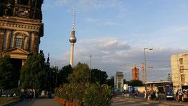 Schlossplatz mit Musterfassade des neugebauten Stadtschlosses, Berlin