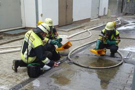 Einsatzkräfte prüfen, ob das angefallene Löschwasser Schadstoffe enthält.