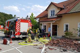 Nachdem unsere Einsatzkräften nachweisen konnten, dass die Innenluft des Gebäudes von gefährlichen Brandgasen frei war, konnten innerhalb von ein paar Minuten die wichtigsten persönlichen Gegenstände herausgeholt werden.