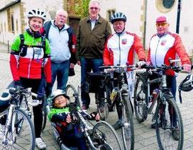 (v. l.): Sportlerin Nora Hansel mit  Begleitern beim Abfahren der Römer-Lippe-Route im April 2014