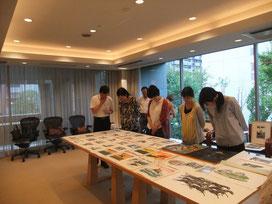 ※原田工房へご家族五人でお越しくださったお客さま。若いお嬢さま三人も熱心にご覧になってくださいました。(2014年9月撮影)