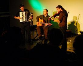 Sylvain (au centre) et ses musiciens
