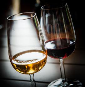 Weingläser, eines mit Weißwein eines mit Rotwein