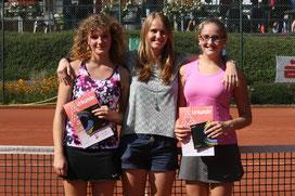 Jugendwartin Lisa Schmitke freut sich mit Katharina Banazak und Lina Philipps.