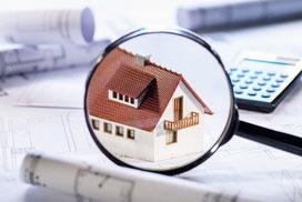 Bei der Immobilienfinanzierung heißt es genau hinschauen, wie das Haus unter der Lupe versinnbildlicht. © Eisenhans - Fotolia.com