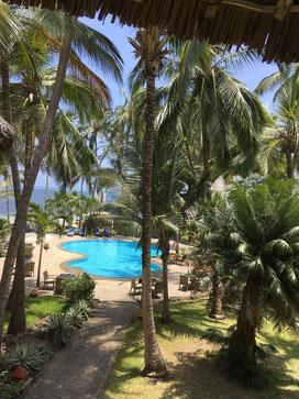Blick aus dem Comfort Class Zimmer in den tropischen Garten und auf den Indischen Ozean