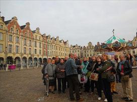 Place des Héros, un des groupes devant l'Hôtel de ville / Photo JH