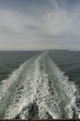 Schiff, Wasser, Heckwelle bis zum Horizont, ©Claudia Dorka