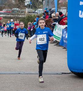 """...die schnellsten """"Bambiniläufer"""" beim Zieleinlauf..  Emilia, dahinter Juli :-) :-)"""