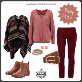 Outfit Trendfarbe Dusty Cedar für den Herbsttypen