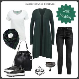 Outfit-Trend Karo und Strickmantel