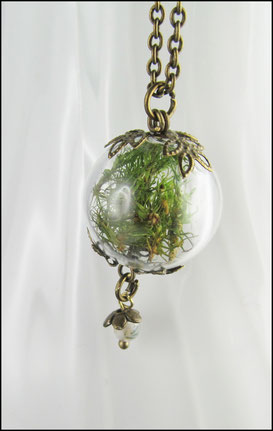 Kette mit echtem Moos in einer Glaskugel, bronzefarben