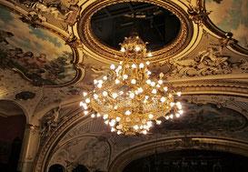 09. Juli 2014 - 120 Lampen, 900 Kilogramm Gewicht - der Leuchter im Opernhaus