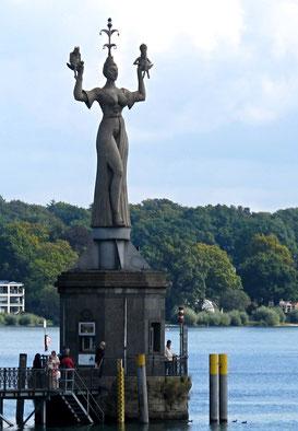 05.September 2014 - Imperia, auf den Händen zwei Gauklerfiguren, Kaiser und Papst  (Konstanz)