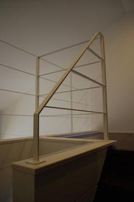 階段の勾配に合わせた面白い作りのシンプルアイアン