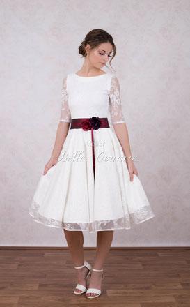 knielanges Brautkleid mit farbigen Akzenten