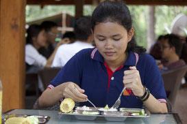 学生食堂「モリンガ」で学生が昼食を食べている様子