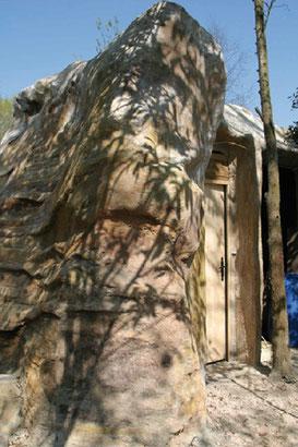 Vue Arrière du Faux Rocher avec la porte d'accès dans le rocher