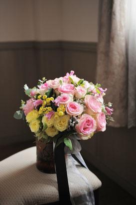 淡いピンクとクリーム色のバラにシルバーの実物などを入れて