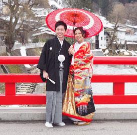 ブライダルエステのお客様の赤い橋の上での和装の写真