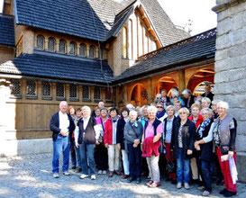 "unsere Reisegruppe vor der Holzstabkirche ""Wang"""