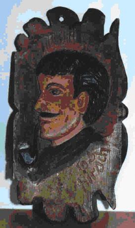 Die geschnitzte und kunstvoll bemalte Rückseite des Stammtisch-Schildes des Rauch-Clubs Rosenau trägt unverkennbar die grafierte Signatur des Herstellers, Josef Hirsch aus Grafenau.