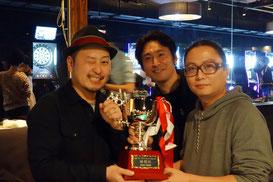 左から優勝の帽子男、表彰式プレゼンター他色々の高野智央プロ(JPBA)、主催者・田内さん。この写真はOn the hill !さんから頂きました