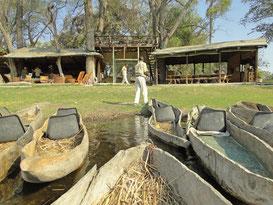 Mokoros im Wasser vor dem Camp