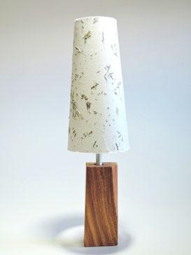 Tischlampe mit Wiesengräsern und Apfelholzfuß