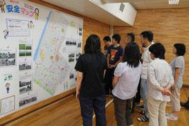 愛国小学校では多目的ホールに掲示し、教職員に説明する。