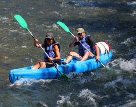 Kayak biplaces avec coup de pagaie synchronisé.