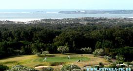 Schöner Golfplatz in Diabat bei Essaouira am Atlantik in Marokko. Im Hintergrund die einstige Purpurinsel Mogador .