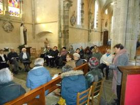 Groupe de prière pour les malades et les souffrants à l'église.