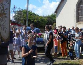 4-La procession s'organise, les porteurs de croix, bannières et du bateau prennent leur place!
