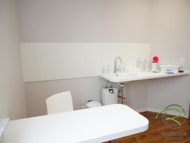 Praxiseinrichtung - Behandlungszimmer in weiß mit Waschtisch u. Besprechungstisch