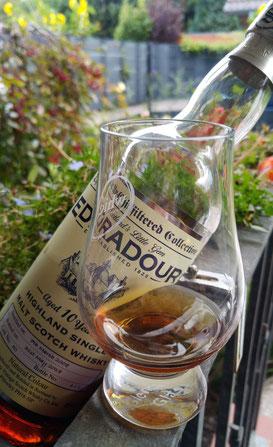 Edradour 2008 / 2018 Signatory Vintage Flasche und Glas