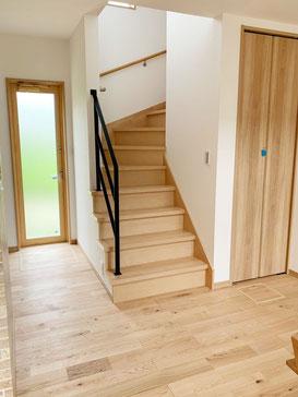 オープン階段とスチール手摺と無垢フローリングと自然光!