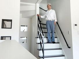 キッチンから見るオープン階段とスッキリシンプルなフラットバー手すり