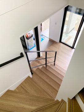 玄関階段にスチール手摺!黒色建具とよく合います。
