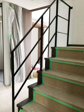 5段と踊り場で6段のスチール手摺、廻り階段吹き抜け部分