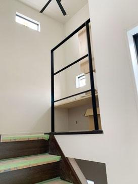 腰壁や壁は空間を狭めてしまうので、そんな時のフラットバー手摺!